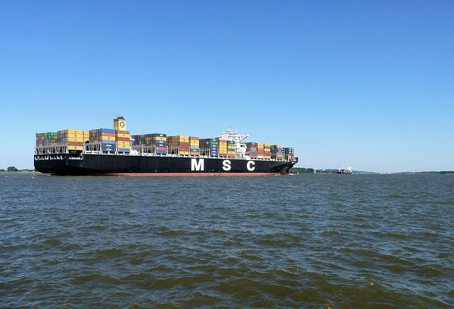 Schiff auf der Elbe im Alten Land